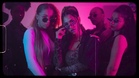 Alyssa und zwei Frauen posieren mit Sonnenbrillen