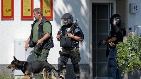 SEK mit Spürhund vor dem Haus in Viernheim