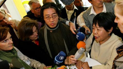 Dai Qing (r.) und Bei Ling beim Symposium in Frankfurt