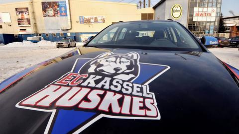 Huskies-Logo auf der Motorhaube eines Autos