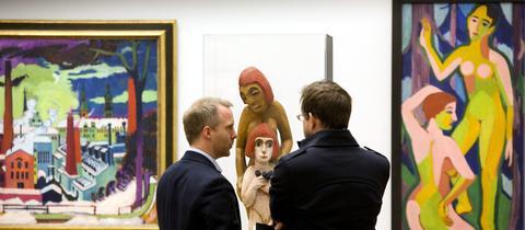 Kurator Felix Krämer (l.) im Gespräch mit einem Besucher