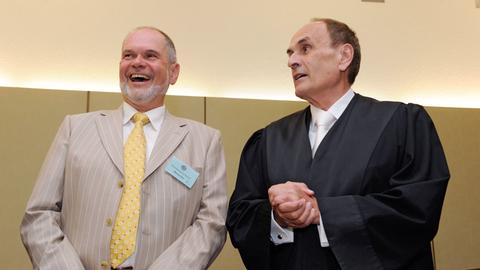 Rechtsanwalt Wolfgang Putz (l.) im Gerichtssaal