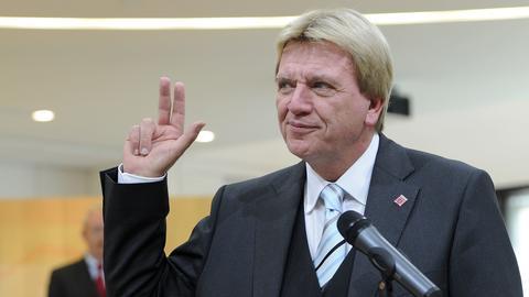Hessens neuer Ministerpräsident Volker Bouffier (CDU) legt den Amsteid ab.
