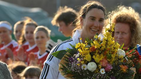 Birgit Prinz mit einem Blumenstrauß