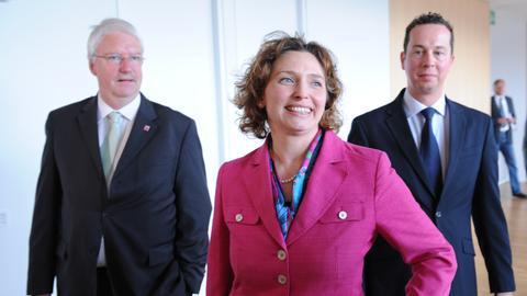 FDP-Chef Jörg-Uwe Hahn (l.) mit den neuen Ministern Nicola Beer und Florian Rentsch