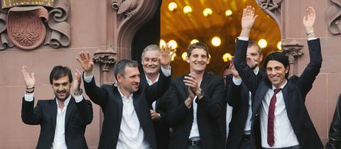 Das Team um Trainer Armin Veh auf dem Römer-Balkon
