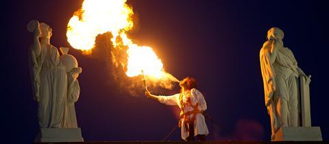 Eine Feuerspuckerin auf dem Dach des Fridericianums.