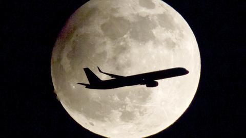 Flugzeug vor einem Vollmond