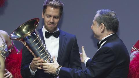 Sebastian Vettel erhält die WM-Trophäe von FIA-Präsident Jean Todt