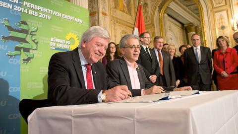 Volker Bouffier (CDU) und Tarek Al-Wazir unterzeichnen den Koalitionsvertrag