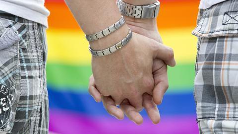 Ein schwules Paar hält Händchen