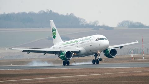 Ein Airbus A 319 der Fluggesellschaft Germania landet am 04.04.2013 auf dem Flughafen Kassel-Calden (Hessen). Nach rund 15 Jahren des Planens, Prüfens und Bauens wird der neue Regionalflughafen eröffnet.
