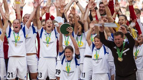 Die Spielerinnen des FFC bejubeln ihren Titelgewinn