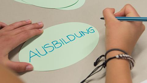 Das Wort Ausbildung wird auf einen Zettel geschrieben.