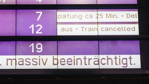 """Eine Anzeigetafel mit der Aufschrift """"massiv beeinträchtigt"""" während des Arbeitskampfs der Lokführer am Frankfurter Hauptbahnhof"""