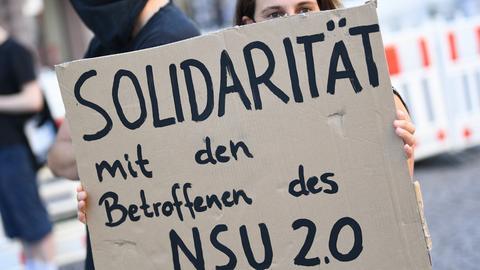 """Eine Demonstrantin in Wiesbaden fordert """"Solidarität"""" mit den Betroffenen der NSU 2.0-Drohserie."""