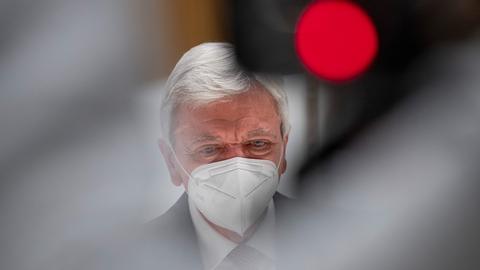 Hessens Ministerpräsident Volker Bouffier (CDU) im künftigen Corona-Impfzentrum im Rhein-Main-Congress-Centrum (RMCC).