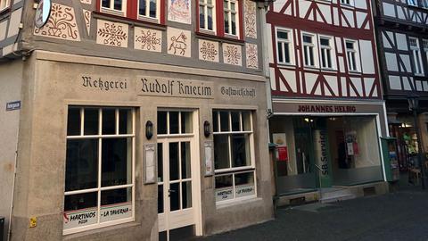 Haus Helbig, Strassenzug mit drei alten Geschäften