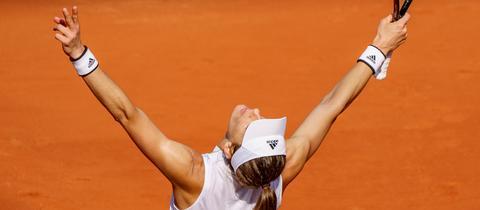 Andrea Petkovic streckt nach dem Sieg die Arme in den Himmel