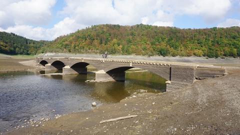 Die Aseler Brücke bei Niedrigwasser