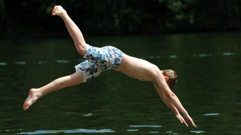 Ein Junge springt in den Twistesee bei Bad Arolsen