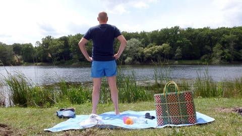 Mann steht am Uferrand des Badesees Grube Prinz von Hessen
