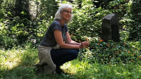 Regine Ebert sammelt Wildkräuter auf dem Frankfurter Hauptfriedhof