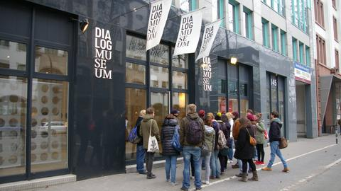 Menschen stehen vor dem Eingang des Dialogmuseums in Frankfurt.