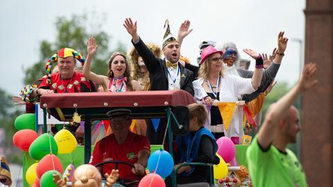 Ein Motivwagen auf dem Festzug des Hessentags
