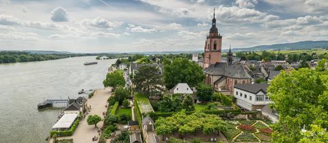 Blick auf die Rheinuferpromenade von Eltville, rechts die katholische Pfarrkirche St. Peter und Paul