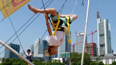 Junge Frau und kleiner Junge hüpfen in einer Trampolin-Anlage