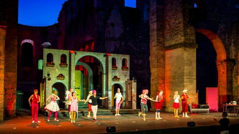 Die Festspiel-Theaterbühne in der Bad Hersfelder Stiftsruine