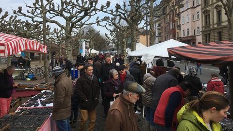Flohmarktbesucher am Frankfurter Schaumainkai