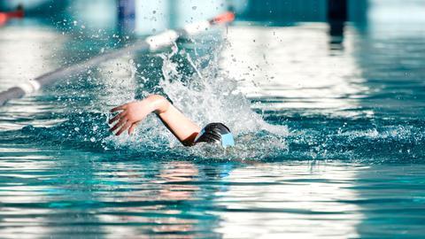 Schwimmer im Hallenbad (Format 16:9)