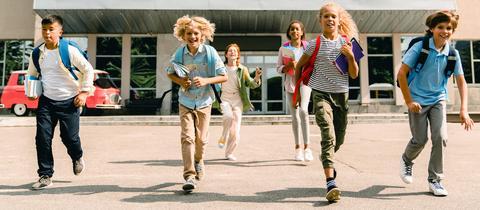 Kinder lachen in eine Kamera