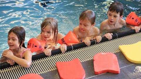 Kinder im Becken beim Schwimmunterricht