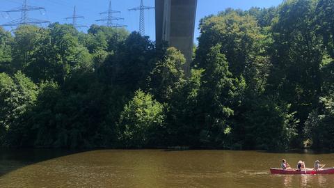 Die Lahn bei Limburg: ein Kanu fährt unter einer Brücke durch