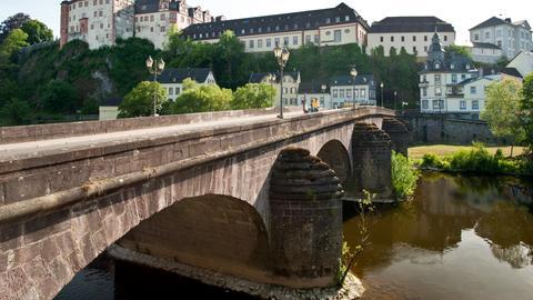 Paar mit Fahrrädern auf Lahn-Brücke bei Weilburg