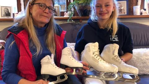 Lena Sommer mit ihren Großmutter Rita Ketelaer und ihren allerersten und heutigen Schlittschuhen
