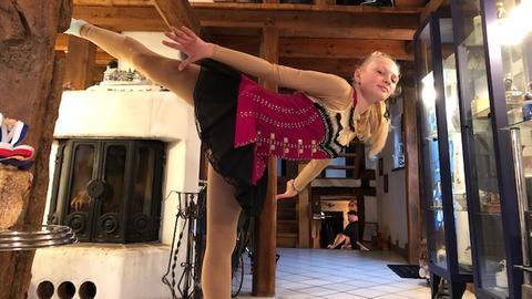 """Lena Sommer übt zu Hause für ihren Auftritt bei """"Holiday on Ice"""""""