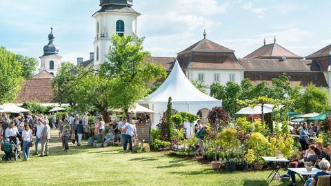 Buntes Treiben von Besuchern beim Fürstliches Gartenfest in Schloss Fasanerie