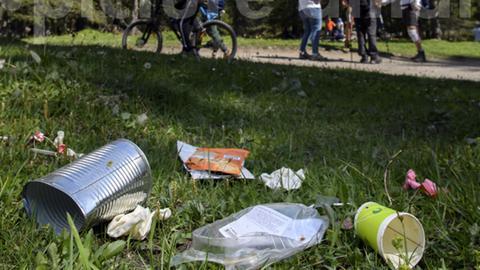 Müll auf einer Wiese am Wegesrand
