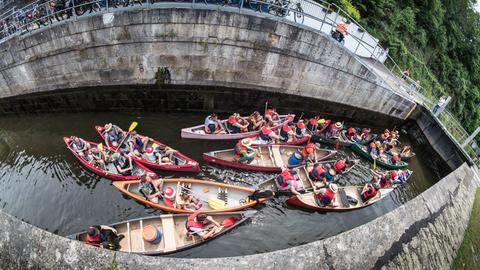Paddler mit ihren Kanus in einer Schleuse auf der Lahn bei Weilburg