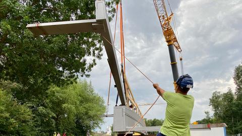 Ein Bauarbeiter an der Radwegbrücken-Baustelle