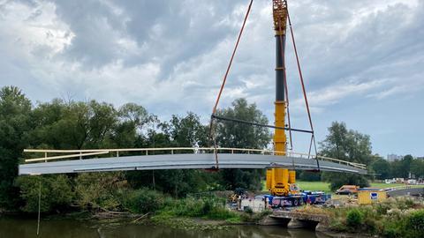 Eine neue Radweg-Brücke wird derzeit über der Fulda installiert