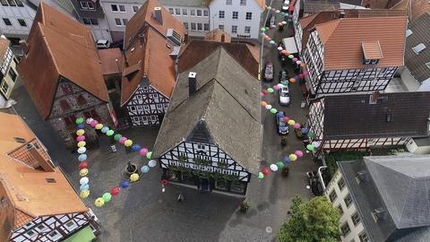 Knapp 200 Schirme hängen zwischen den Häusern in der Lauterbacher Altstadt.