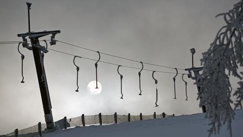 Ein verwaister und stillstehender Skilift in Willingen