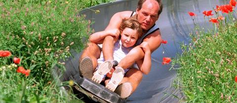 Vater und Tochter fahren auf Sommerrodelbahn Edersee hinab