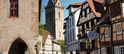 Städtetipp Korbach: Hinter der Stechbahn erscheint die Kilianskirche zwischen den Fachwerkhäusern.