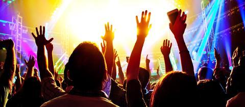 Tanzende Menschen in einer Diskothek.